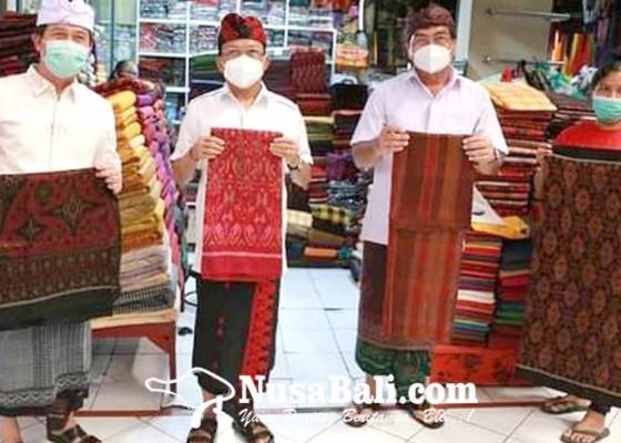 Nusabali.com - gubernur-koster-dan-bupati-suwirta-motivasi-perajin-dan-pedagang-kain-endek