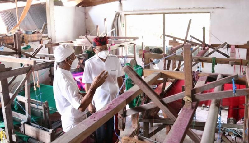 www.nusabali.com-gubernur-koster-tinjau-produksi-tenun-endek-bali-di-desa-sulang