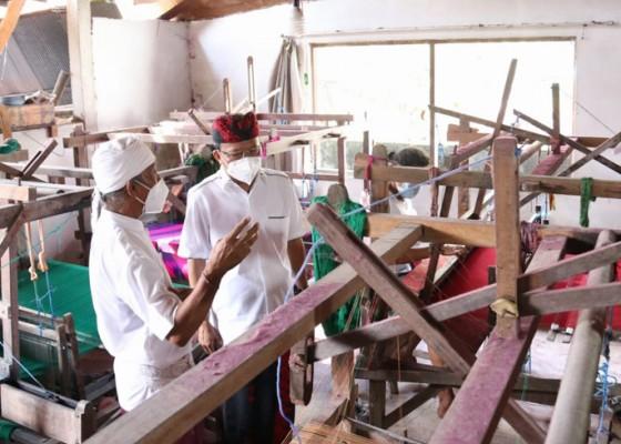 Nusabali.com - gubernur-koster-tinjau-produksi-tenun-endek-bali-di-desa-sulang