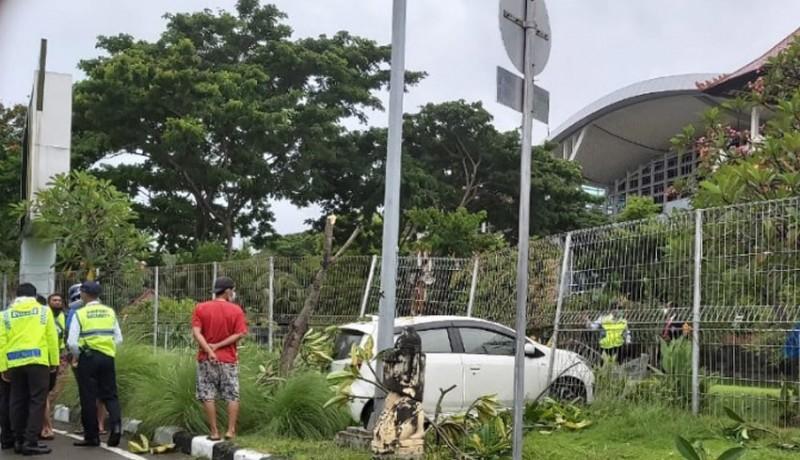 www.nusabali.com-pagar-pembatas-bandara-ngurah-rai-diseruduk-mobil-hingga-jebol