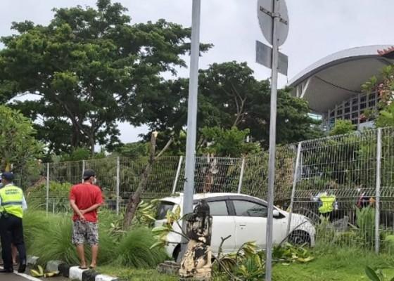 Nusabali.com - pagar-pembatas-bandara-ngurah-rai-diseruduk-mobil-hingga-jebol