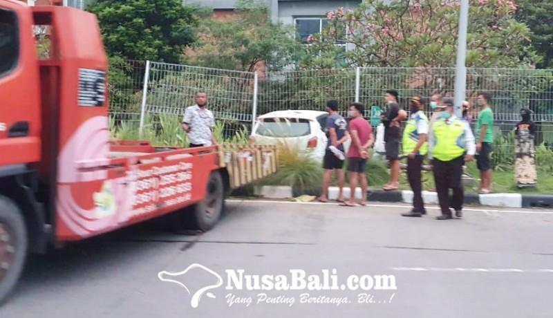 www.nusabali.com-mobil-seruduk-pagar-pembatas-bandara-ngurah-rai