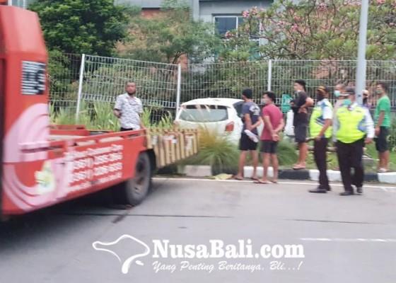 Nusabali.com - mobil-seruduk-pagar-pembatas-bandara-ngurah-rai