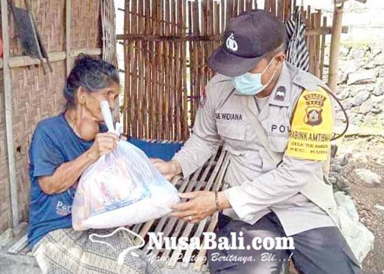 Nusabali.com - polsek-kubu-bagikan-sembako-di-tulamben