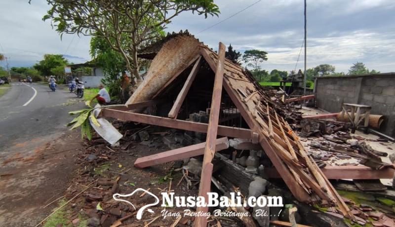 www.nusabali.com-diawali-suara-bergemuruh-saat-tengah-malam-bale-pawedan-dan-pesandekan-ambruk