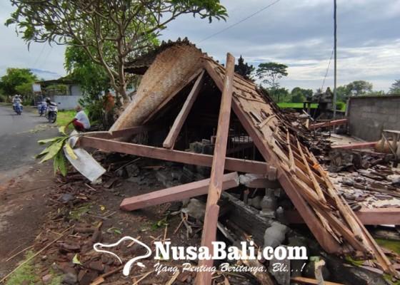 Nusabali.com - diawali-suara-bergemuruh-saat-tengah-malam-bale-pawedan-dan-pesandekan-ambruk