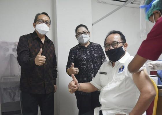 Nusabali.com - wagub-cok-ace-jalani-vaksinasi-usia-di-atas-60-tahun