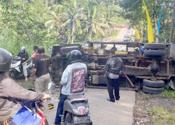 Nusabali.com - truk-muat-genting-terguling