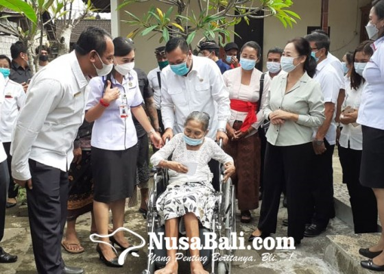Nusabali.com - bupati-mahayastra-serahkan-bantuan-5-kursi-roda