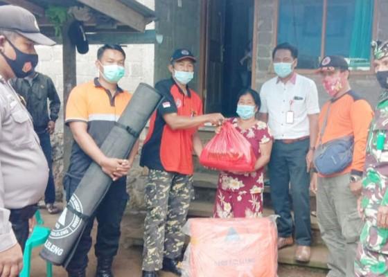 Nusabali.com - korban-tanah-longsor-di-tigawasa-terima-bantuan-bpbd