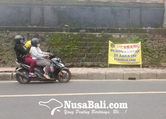 Nusabali.com - dlh-ambil-bak-sampah-di-bawah-lampu-penerangan-jalan