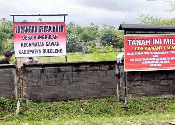 Nusabali.com - polemik-lapangan-desa-bungkulan-warga-pasang-spanduk-tandingannya