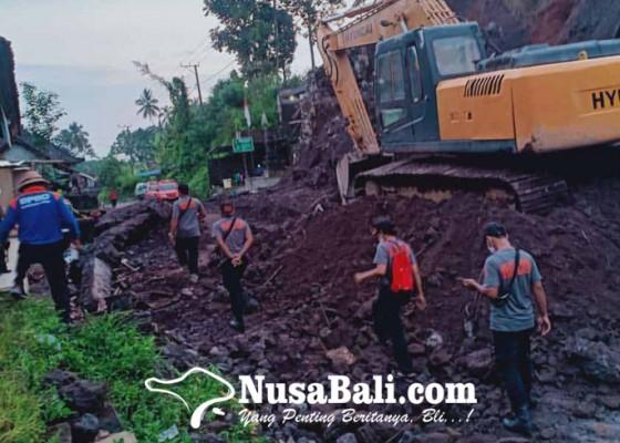 Nusabali.com - bpbd-bawa-dua-alat-berat-bersihkan-longsor-di-muncan