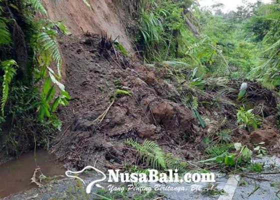Nusabali.com - longsor-tutup-jalan-tangkup-pupuan