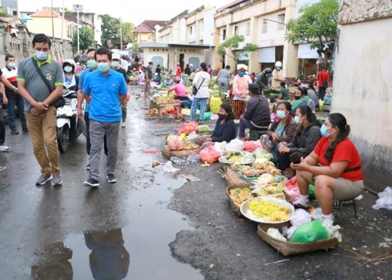 Nusabali.com - pedagang-di-pasar-galiran-abai-prokes