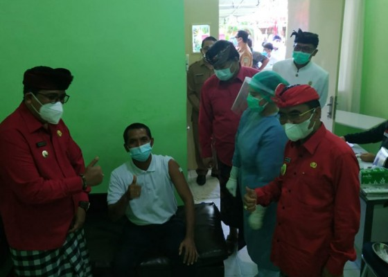 Nusabali.com - agenda-pertama-bupati-dan-wakil-bupati-tabanan-baru-tinjau-vaksinasi-jurnalis