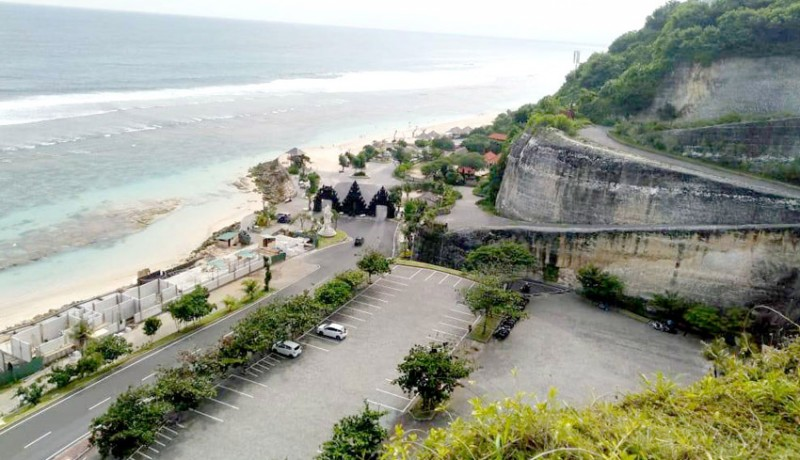 www.nusabali.com-dua-bulan-pengujung-pantai-melasti-capai-86-ribu
