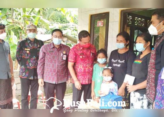 Nusabali.com - bupati-gede-dana-bantu-keluarga-korban-tertimpa-pohon