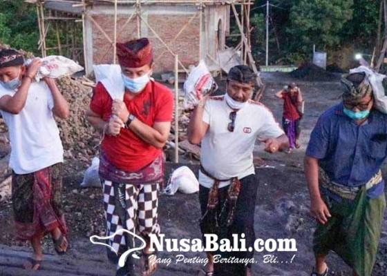 Nusabali.com - bupati-gede-dana-ngayah-pikul-batu-di-pura-gumang