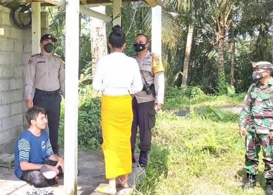 Nusabali.com - mencurigakan-polsek-cek-bule-menyendiri-dekat-lapangan