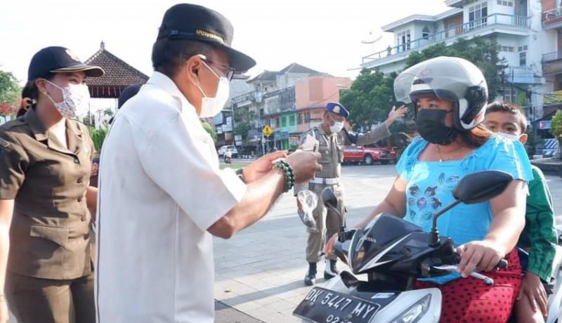 www.nusabali.com-satpol-pp-bagikan-400-nasi-bungkus