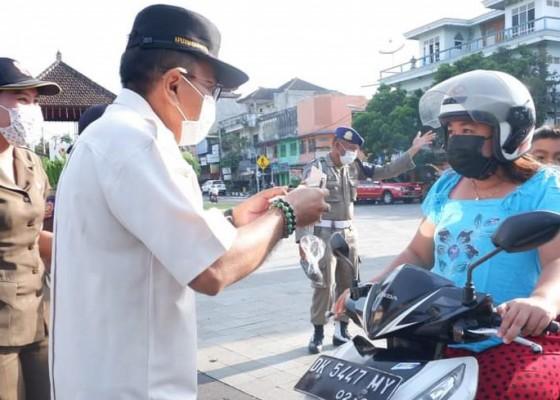 Nusabali.com - satpol-pp-bagikan-400-nasi-bungkus
