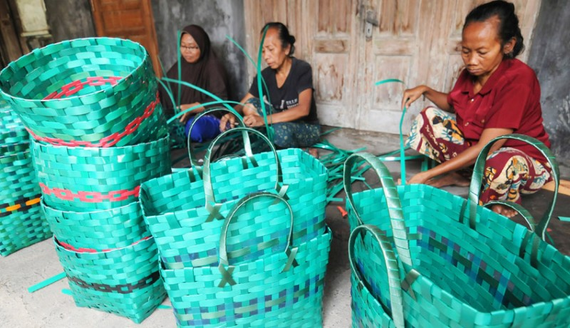 www.nusabali.com-kerajinan-anyaman-dari-limbah-janur-plastik