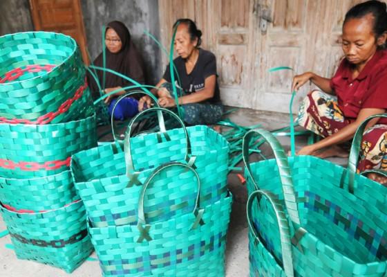 Nusabali.com - kerajinan-anyaman-dari-limbah-janur-plastik