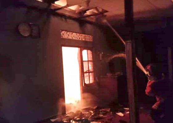 Nusabali.com - korsleting-listrik-kios-terbakar