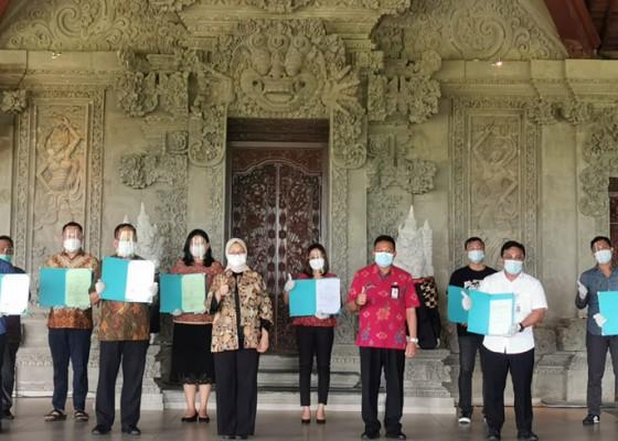 Nusabali.com - badan-pom-serahkan-nomor-izin-edar-dan-sertifikat-bagi-umkm-di-bali