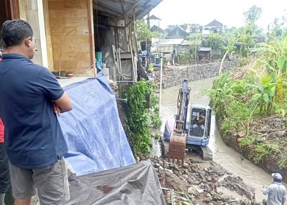 Nusabali.com - cuaca-ekstrem-senderan-dan-merajan-warga-tergerus