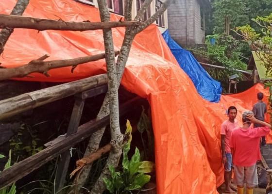Nusabali.com - longsor-di-tamblang-senderan-rumah-warga-ambruk