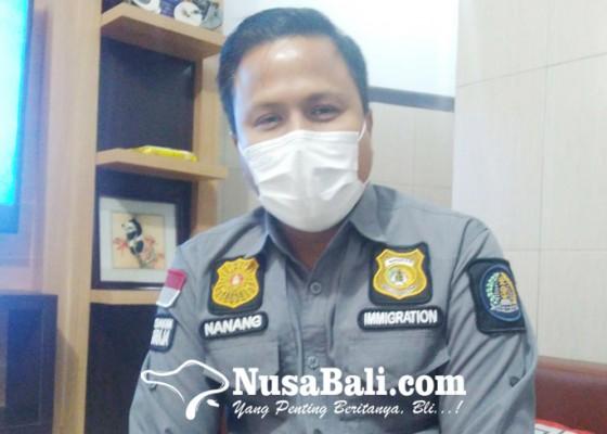 Nusabali.com - imigrasi-singaraja-amankan-passpor-dua-wna-pemalsu-surat-pcr
