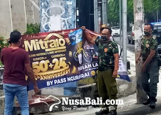 Nusabali.com - petugas-turunkan-sejumlah-spanduk-di-legian