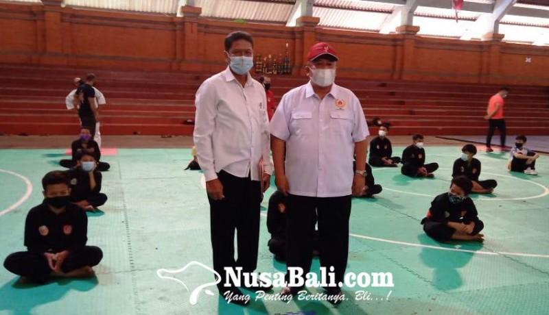www.nusabali.com-koni-denpasar-serahkan-matras-standar-asian-games