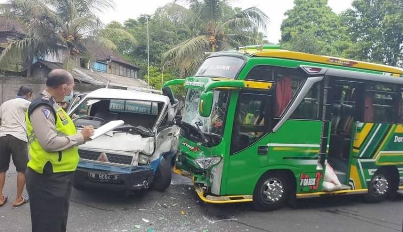 www.nusabali.com-pick-up-hantam-minibus-2-orang-luka-luka