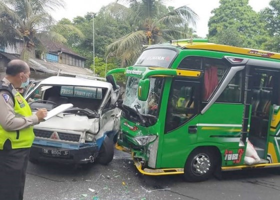Nusabali.com - pick-up-hantam-minibus-2-orang-luka-luka