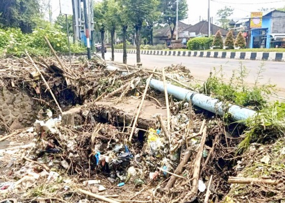 Nusabali.com - muara-sungai-goa-gong-penuh-sampah