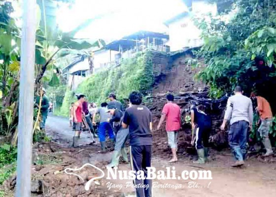Nusabali.com - senderan-rumah-jebol-akses-jalan-di-desa-galungan-terganggu