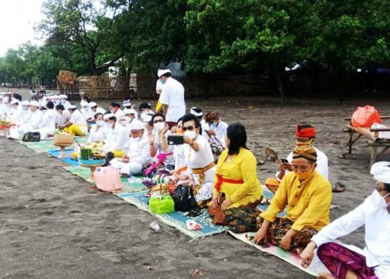 Nusabali.com - upacara-melasti-umat-hindu-banten-berjalan-hikmat