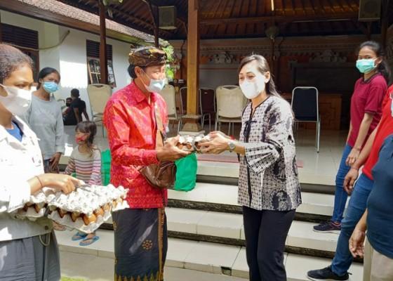 Nusabali.com - 18-lansia-dan-yatim-piatu-terima-bantuan-sembako