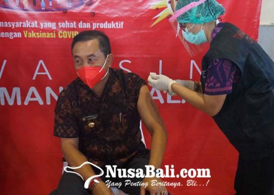 Nusabali.com - bupati-gede-dana-terima-vaksinasi-dosis-kedua