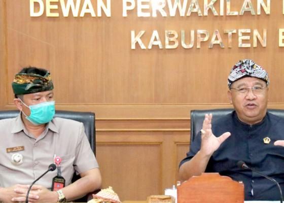 Nusabali.com - audensi-ke-dprd-badung-kelian-tempekan-minta-kesetaraan-dengan-kelian-adat