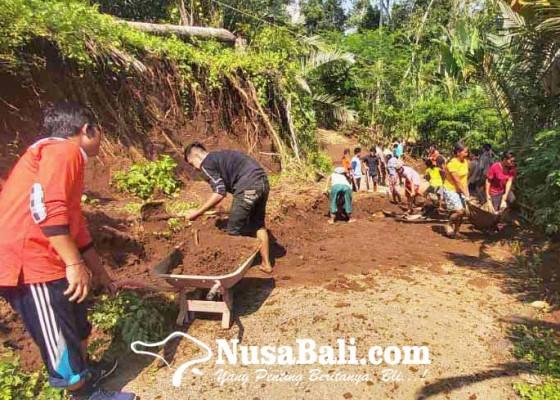 Nusabali.com - warga-gotong-royong-bersihkan-material-longsor
