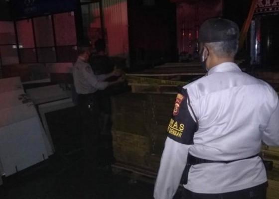 Nusabali.com - toko-bangunan-di-denpasar-terbakar-dua-orang-sempat-bergelantungan