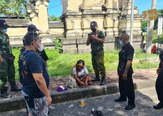 Nusabali.com - resahkan-pengunjung-pantai-legian-seorang-wanita-diamankan