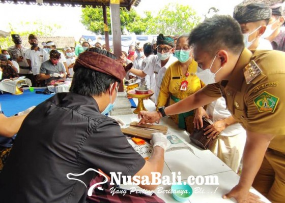 Nusabali.com - disperpusar-jembrana-digitalisasi-lontar-warga