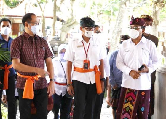 Nusabali.com - wabup-suiasa-dampingi-menparekraf-tinjau-vaksinasi-di-pecatu