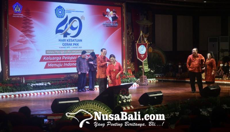 www.nusabali.com-grogi-asisten-i-setda-provinsi-pijat-istri-di-panggung