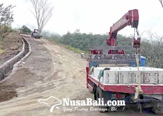 Nusabali.com - jalan-ke-pura-tunggul-besi-terkikis-air-hujan
